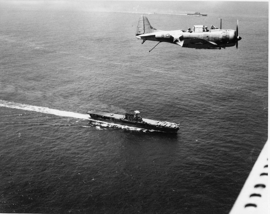 Los grandes protagonistas de la batalla: Aviones Dauntless (obsérvese el gancho de toma en la cola) sobrevolando el portaaviones USS Enterprise (CV-6), el buque norteamericano más laureado de la Segunda Guerra Mundial. Fue por cierto uno de los tres portaaviones botados antes del conflicto que consiguió sobrevivirle (US Navy).