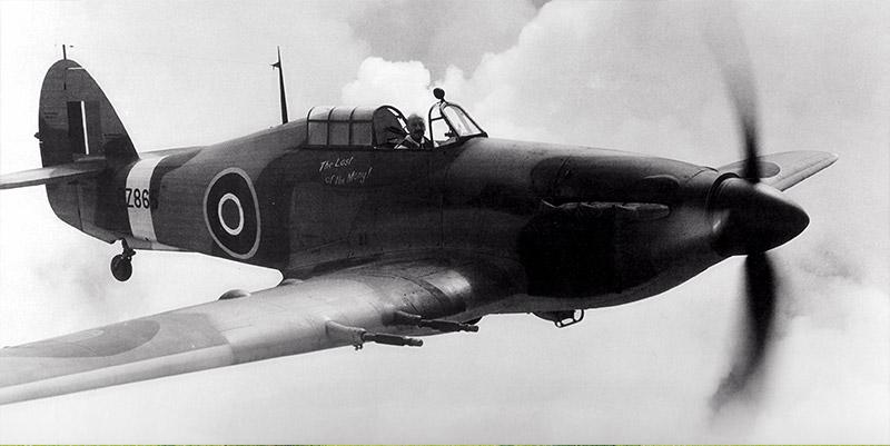 El Hurricane Mk IIC PZ865, 'The Last of the Many', con el jefe de pilotos de la Hawker, George Bolden, a los mandos, durante un test a principios de 1944. Bolden había pilotado el prototipo del primer Hurricane, el K5083, nueve años antes (https://www.memorialflightclub.com/).