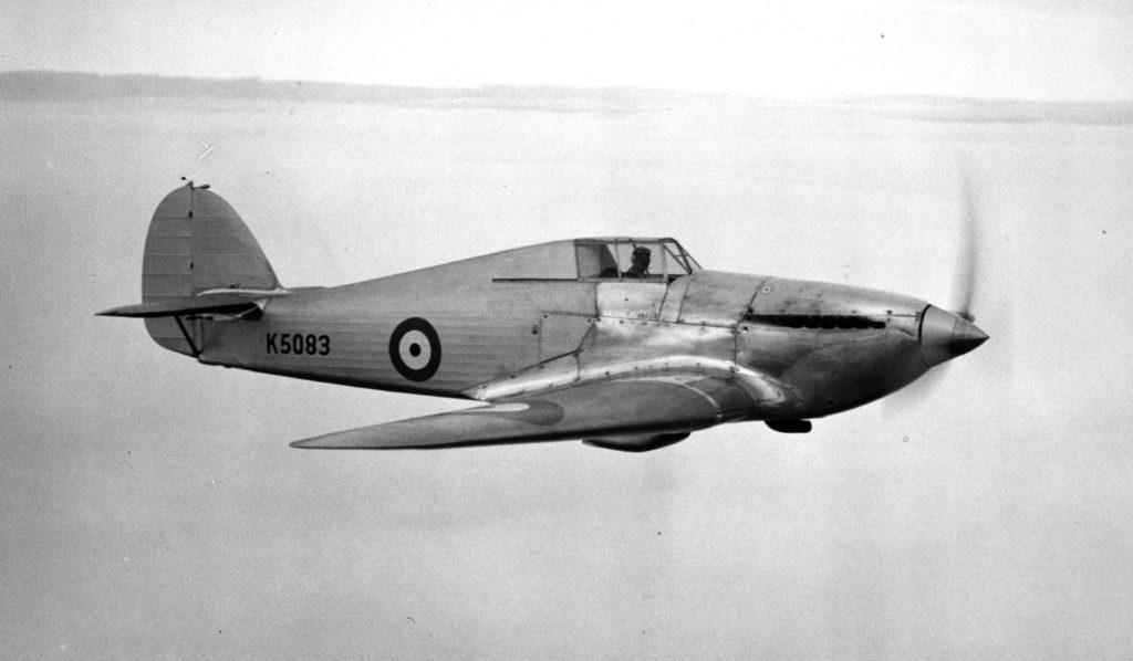 El prototipo K5083 del Hawker Hurricane, en vuelo de prueba en 1935. Se distinguen fácilmente las superficies delanteras metálicas en contraste con los planos y el resto del fuselaje, con recubrimiento textil. Progresivamente se sustituirá por cubiertas metálicas en sus años de producción, y la hélice bipala Watts de paso fijo por una Rotol tripala que mejorará mucho sus prestaciones. A nivel fabril, el Hurricane era una avión que aplicaba técnicas aplicadas en los antiguos biplanos (baesystems.com).