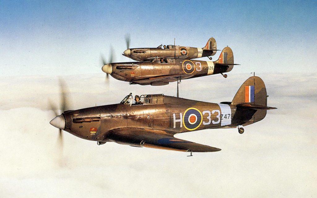 Un Hurricane Mk.I volando en formación junto a dos Spitfires Mk.II, en una unidad de conversión operacional durante 1942.