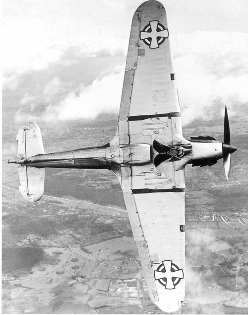 Un Hurricane Mk.I destinado a las Fuerzas Aéreas Yugoslavas es evaluado en Brooklands a comienzos de 1939. Los Hurricane yugoslavos combatieron contra la Luftwaffe en 1941.