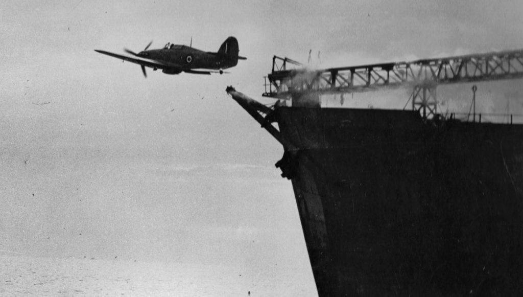 Un Sea Hurricane es lanzado mediante catapulta desde un mercante armado aliado. Los CAMS (Catapult Armed and Merchantman Ships) disponían de catapultas para lanzar el avión al aire, pero no tenía capacidad de recobrarlo (baesystems.com).