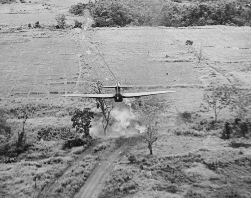 Un Hawker Hurricane Mk. IIC perteneciente al 42 Squadron de la RAF estacionado en Kangla, Burma (actual Myanmar) es fotografiado justo en el momento en que suelta dos bombas de 250 libras (General Purpose) sobre un puente en la zona de Tiddim Road (https://www.militaryimages.net/).