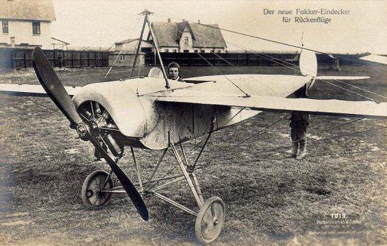 Anthony Fokker a los mandos de su Eindecker (monoplano). El avión no tenía aún alerones, sino que el control del avión se efectuaba mediante un sistema de torsión de las alas, lo cual lo hacía difícil de volar para pilotos no experimentados.