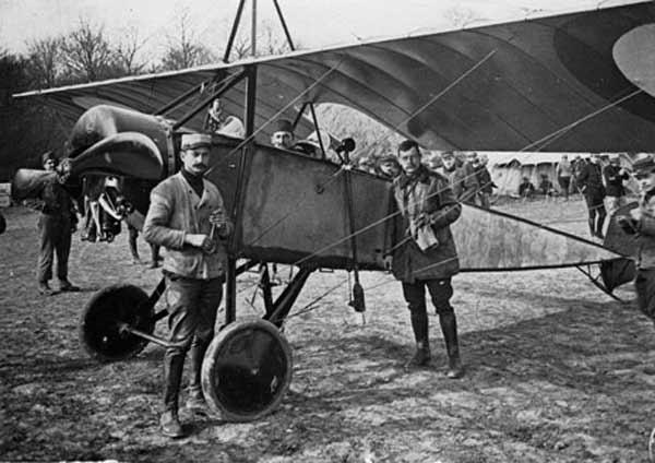 """Morane-Saulnier L """"Parasol"""" similar al pilotado por Roland Garros con su primitivo sistema de disparo. Este monoplano de ala alta había sido diseñado como avión de observación y era más ágil que sus contemporáneos alemanes Aviatik y Albatros (http://fandavion.free.fr)."""