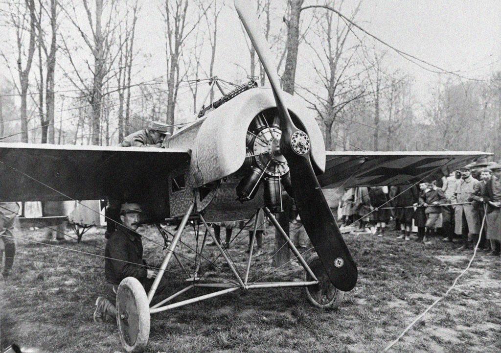 Un Fokker Eindecker es revisado y preparado para un inminente vuelo. Esta magnífica foto permite ver el motor Oberursel rotativo de siete cilindros, copia del Gnome Monosoupape francés. En los motores rotativos el árbol motor permanecía fijo, mientras los cilindros giraban, arrastrando a la hélice y cuyo efecto giroscópico y par de reacción proporcionaban al avión una maniobrabilidad excepcional. Por ello fueron muy empleados durante la Primera Guerra Mundial en los cazas, hasta alcanzar su límite técnico y ser superados por los motores estacionarios.