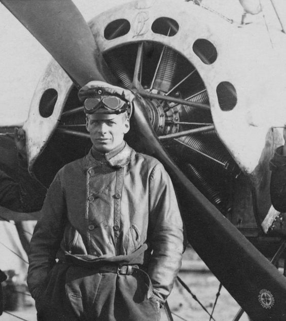 Oswald Boelcke posa delante de su Eindecker, justo en plena supremacía aérea alemana del azote Fokker. Fue junto a Immelmann el primer gran as de la guerra y formó a los ases de la nueva generación, incluyendo a Von Richthofen. Murió el 28 de octubre de 1916 al colisionar su Albatros D.II con otro caza alemán.