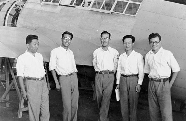 Jiro Horikoshi (centro), con su equipo de diseño en las instalaciones de Mitsubishi, en julio de 1937 (https://gendai.ismedia.jp/articles)